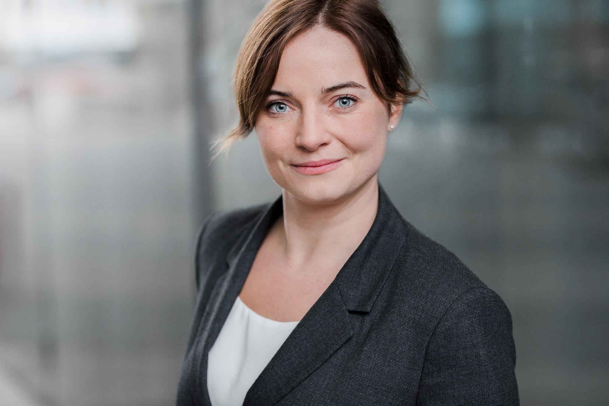 Bewerbungsfoto Rostock. Bewerbungsbild einer jungen Frau. Im Hintergrund ist die Deutsche Med zu sehen.
