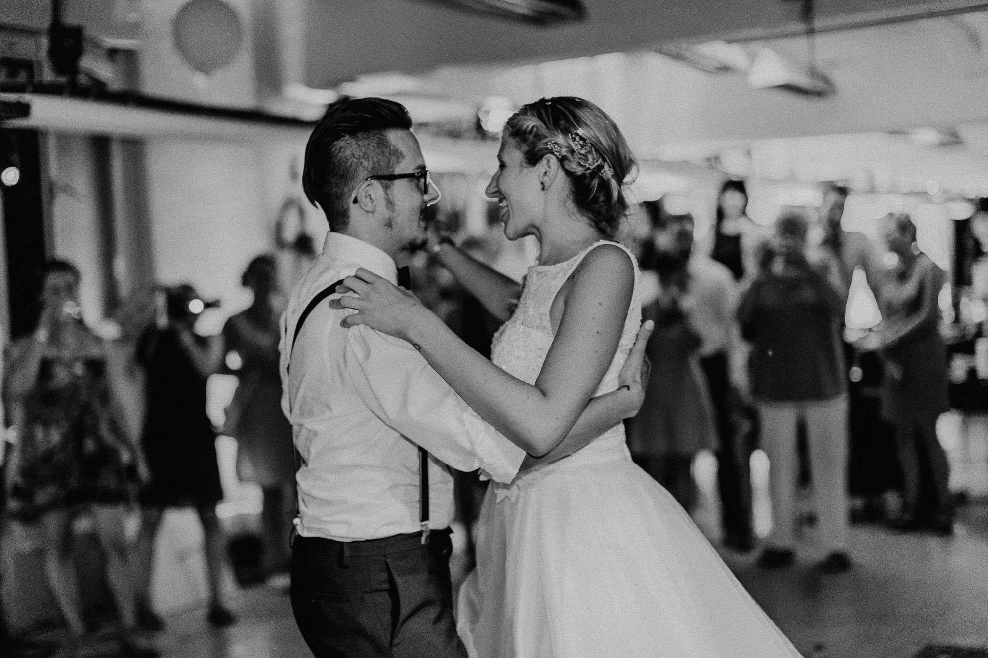 Tanzendes Hochzeitspaar auf der Party.