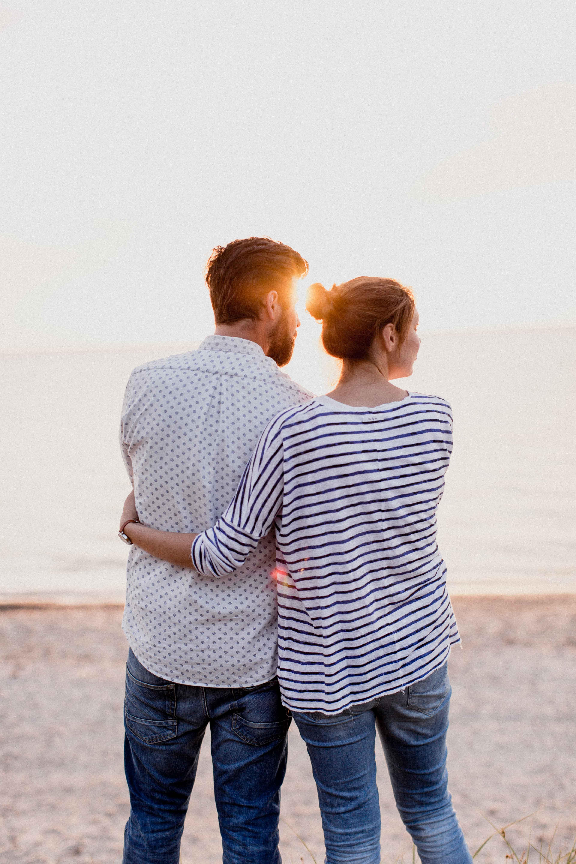 Couple Shoot am Strand von Torfbrücke bei Graal-Müritz. Aufgenommen von den Hochzeitsfotografen Tom und Lia aus Rostock.