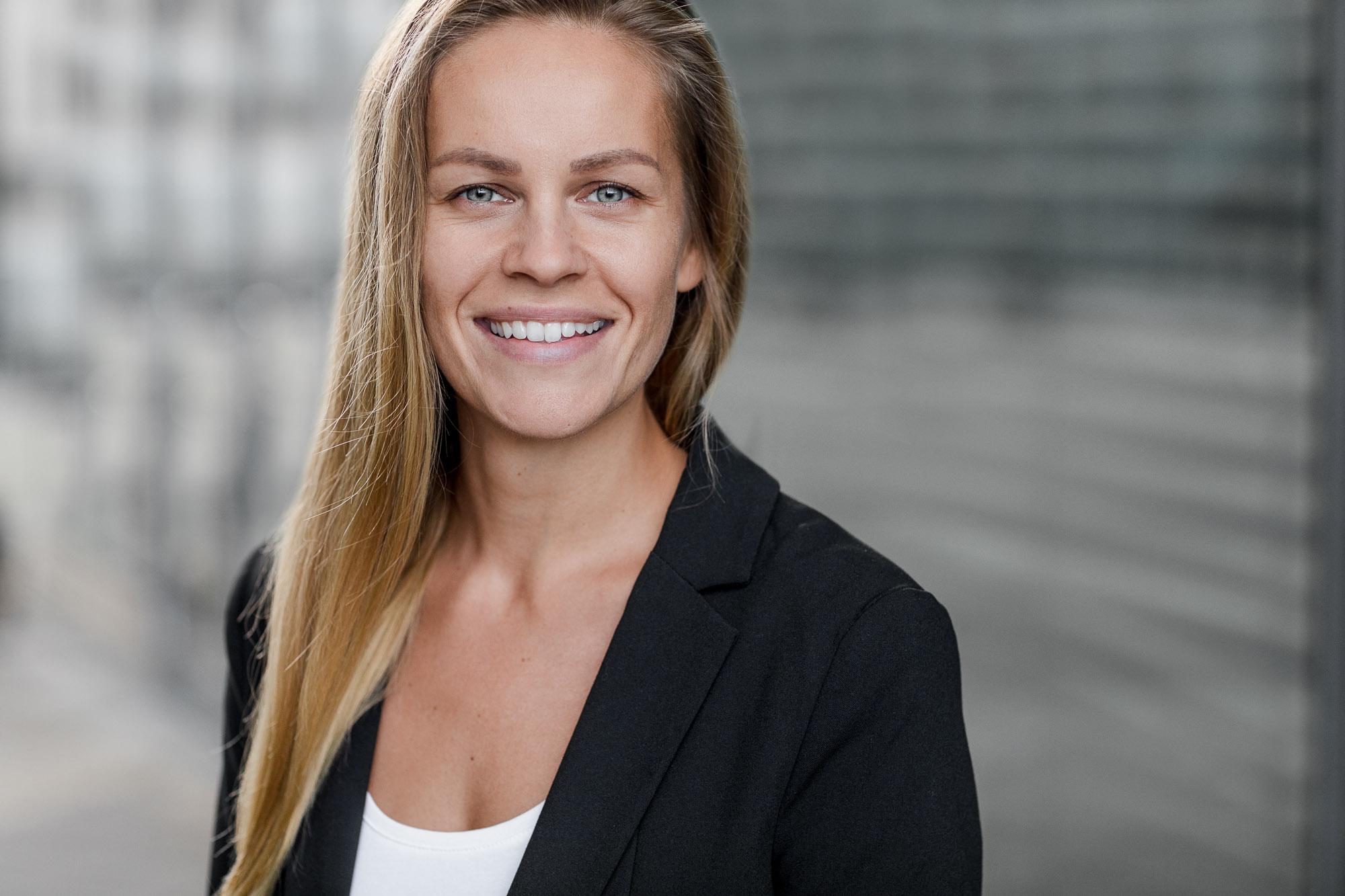 Dieses Bewerbungsfoto wurde im Oktober 2017 von Tom und Lia Fotografie an der Deutschen Med in Rostock aufgenommen. Zu sehen ist eine junge Studentin.