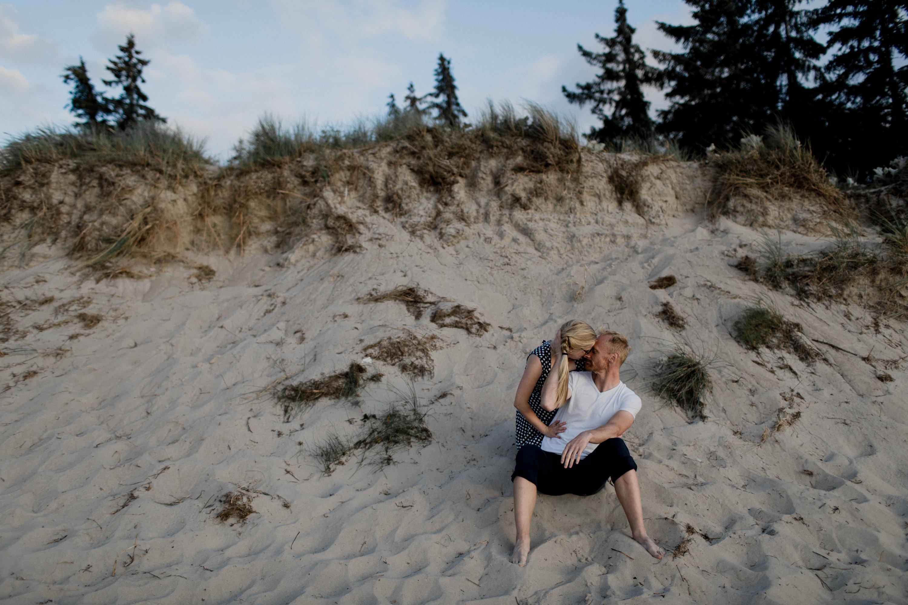 Pärchenshooting am Strand von Torfbrücke bei Graal Müritz, Kreis Rostock Warnemünde. Fotografiert von den Hochzeitsfotografen Tom und Lia aus Rostock.