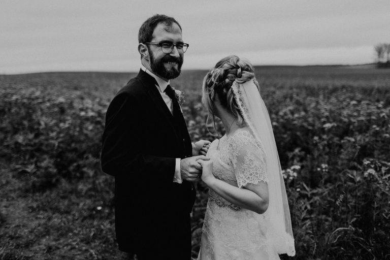 Hochzeitsfoto einer Hochzeitsreportage, fotografiert von Tom und Lia, einem Hochzeitsfotografenpaar aus Rostock. Die Hochzeit fand auf Schloss Hasenwinkell (Mecklenburg-Vorpommern, Ostsee) im Oktober 2017 statt.