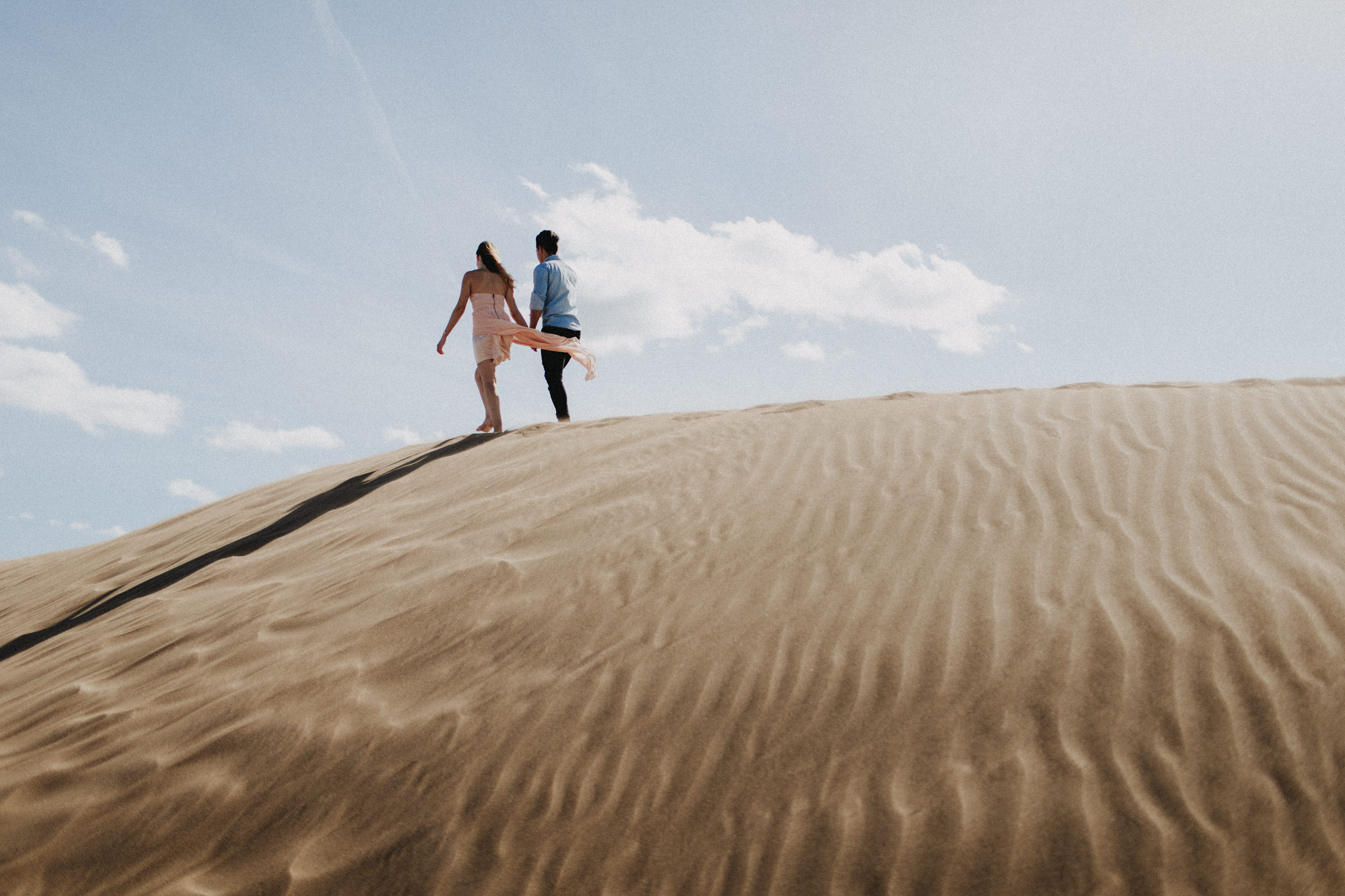 Zu sehen ist das Foto eines Elopement Shoots auf Gran Canaria in den Dünen von Maspalomas, aufgenommen von Tom und Lia, Hochzeitsfotografen aus Rostock. You see a photo that has been taken in the dunes of Maspalomas during an elopement shoot, Gran Canaria, by Tom and Lia, wedding photographers from Germany.