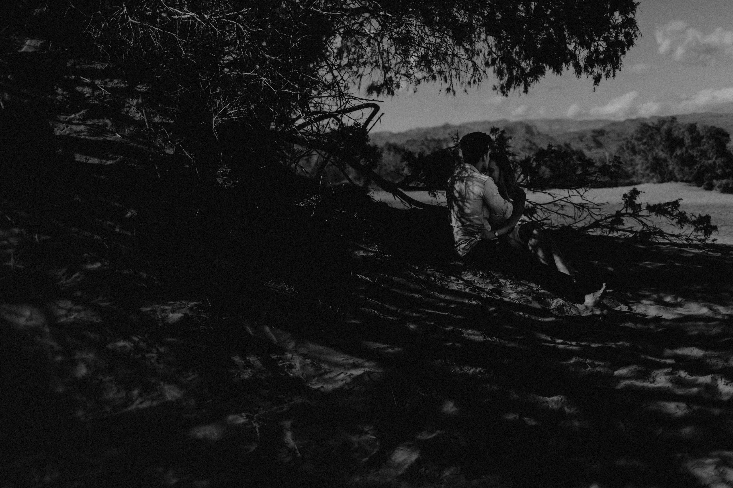 Zu sehen ist das Foto eines Elopement Shoots auf Gran Canaria in den Dünen von Maspalomas, aufgenommen von Tom und Lia, Hochzeitsfotografen aus Rostock. You see a photo that has been taken in the dunes of Maspalomas during an elopement shoot, Gran Canaria, by Tom and Lia, wedding photographers from Germany.