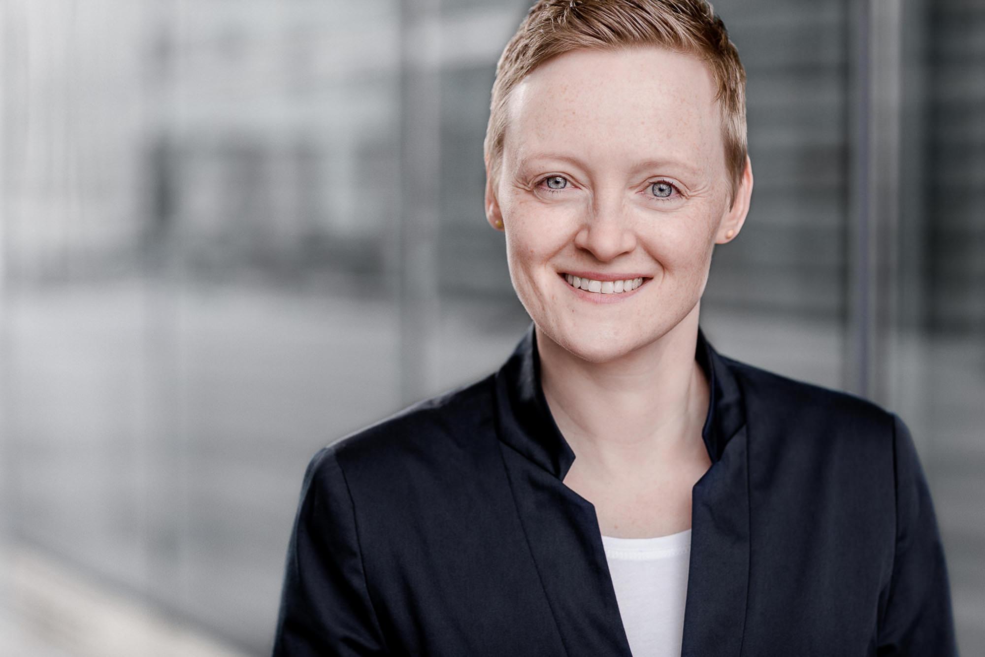 Dieses Bewerbungsfoto wurde in Rostock von den Fotografen Tom und Lia an der Deutschen Med aufgenommen. Zu sehen ist eine junge Frau.