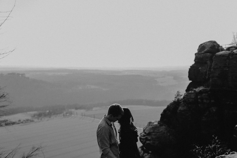 Dieses Foto ist Teil einer Fotoreportage eines Couple Shoots auf dem Lilienstein, Elbsandsteingebirge, Sächsische Schweiz. Es wurde aufgenommen von den Hochzeitsfotografen Tom und Lia aus Potsdam: Hochzeitsreportagen für tiefgründige Herzen mit analogem Herzschlag.