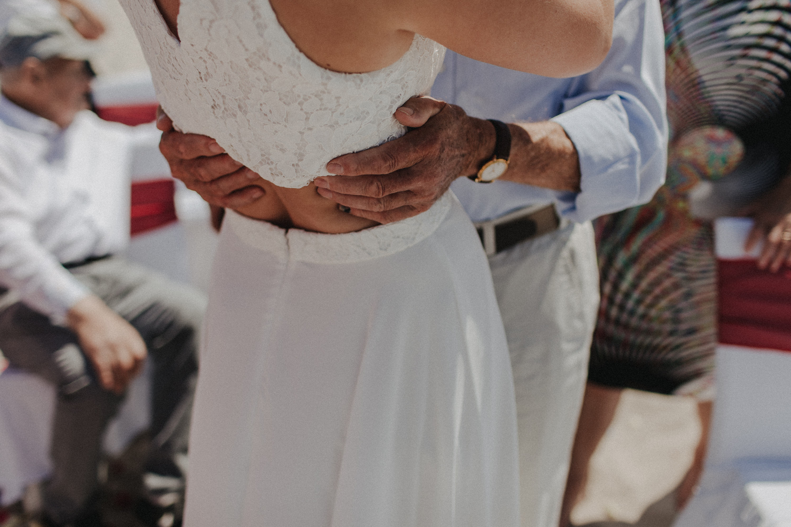 Strandhochzeit an der Ostsee. Es handelt sich um ein Foto aus einer Hochzeitsreportage, das von den beiden Hochzeitsfotografen Tom und Lia Fotografie aus Potsdam aufgenommen wurde. Die Hochzeit fand in Ahrenshoop direkt am Strand statt.