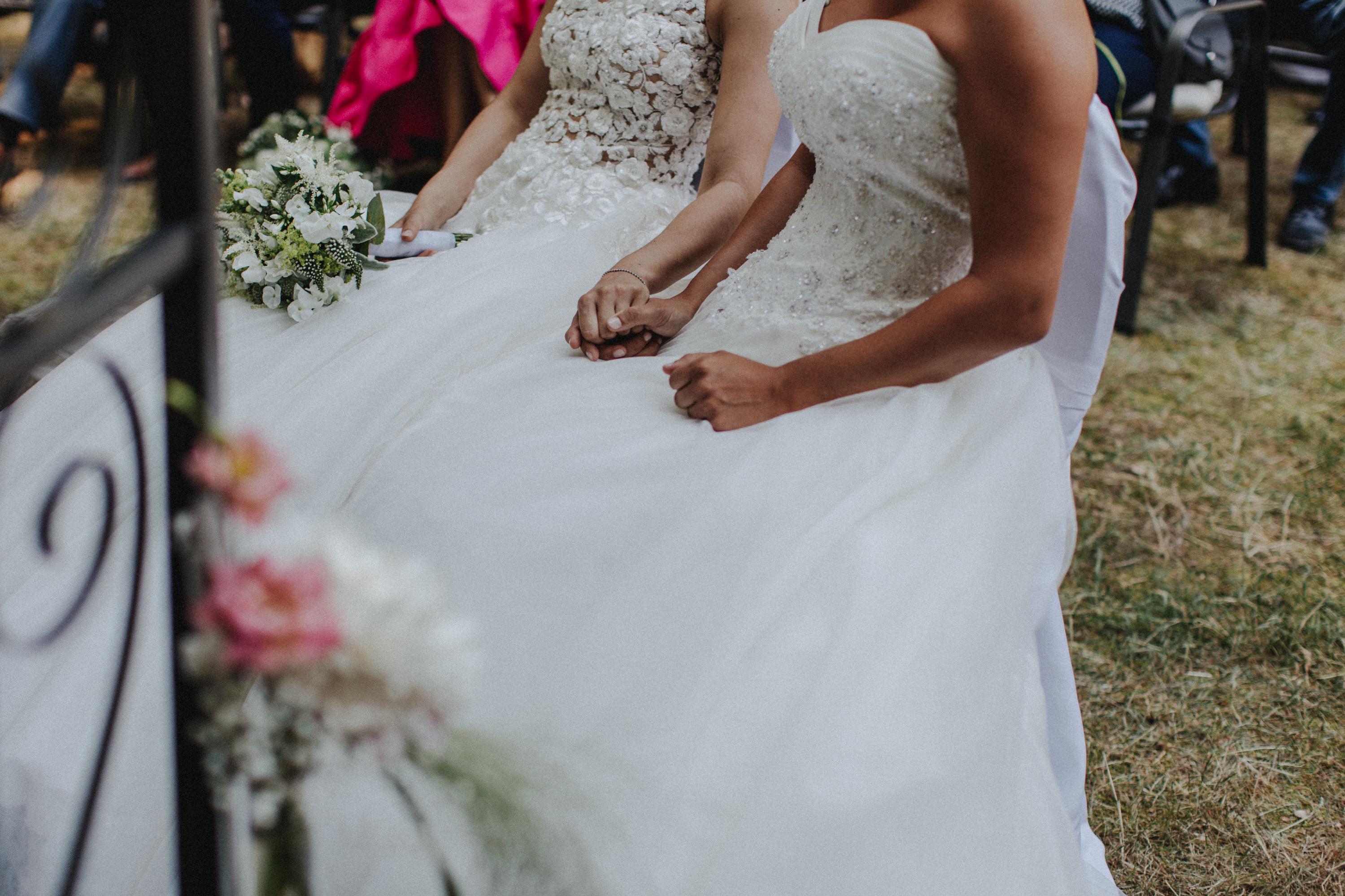 Dieses Foto ist Teil einer Hochzeitsreportage aus dem Juni 2018. Geheiratet haben zwei Frauen, die bei einer freien Trauung bei Sonnenschein getraut wurden. Fotografiert wurde diese Hochzeitsreportage von den Hochzeitsfotografen Tom und Lia aus Potsdam.