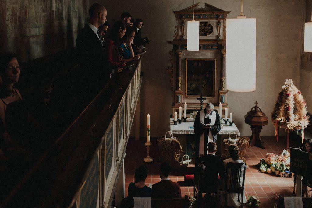 Dieses Hochzeitsfoto ist Teil einer Hochzeitsreportage, die von den Hochzeitsfotografen Tom und Lia aus Potsdam aufgenommen wurde. Es war eine deutsch-italienische Hochzeit, die in Dresden bei wunderschönem Sonnenschein stattfand.