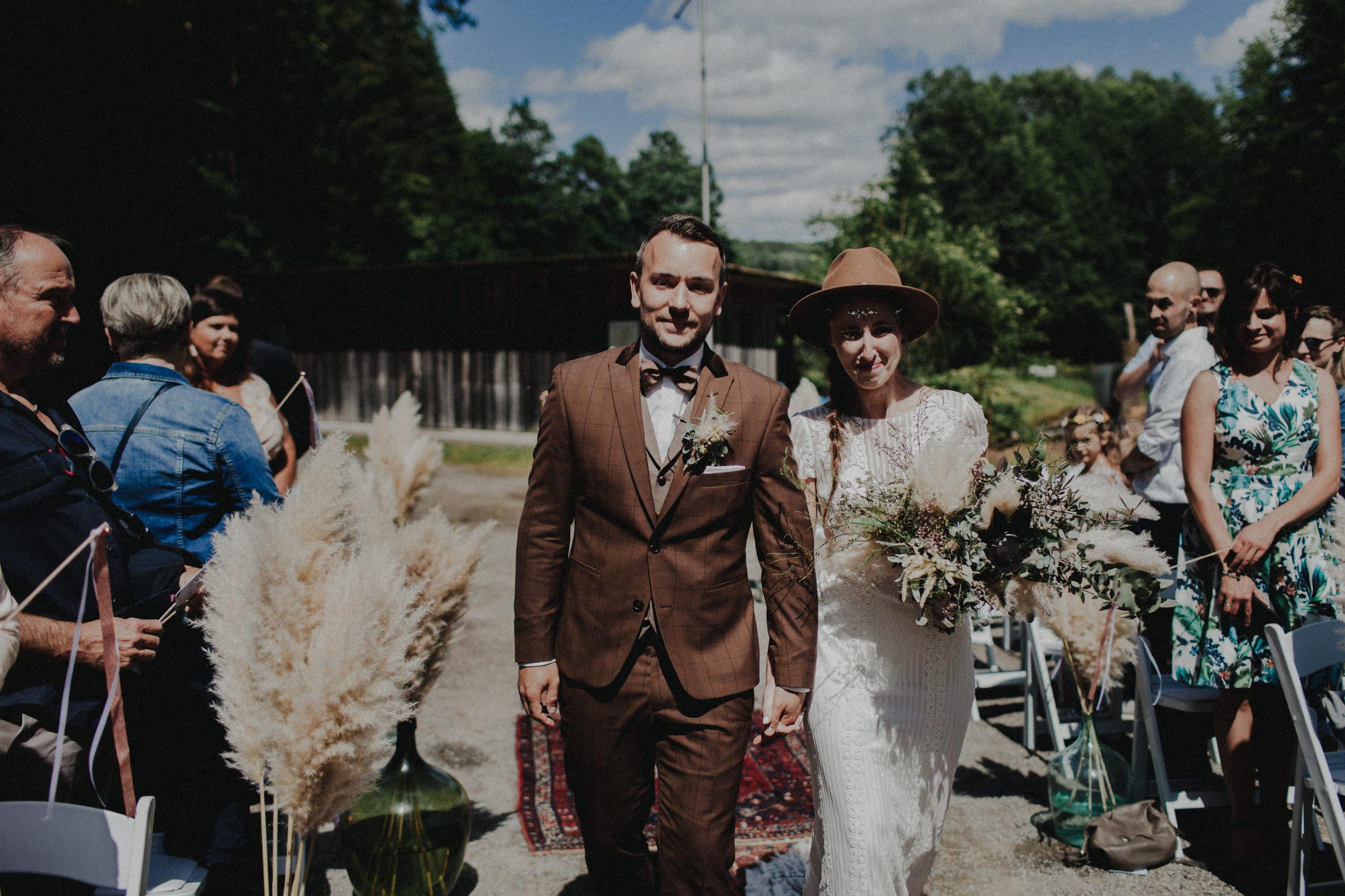 Das Foto ist Teil einer Hochzeitsreportage, das von den Hochzeitsfotografen Tom und Lia aus Potsdam aufgenommen wurde. Zu sehen  ist das Brautpaar, das sich in bad Neustadt an der Saale trauen lässt. 2019, Sommer.